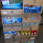 palette de produits et accessoires d'entretien ménager éponges, produits vaisselle, adoucissant, sacs sous vide, gants, etc