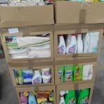 palette de produits et accessoires d'entretien ménager assouplissant, serpillères, gants, éponges