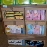 palette de produits et accessoires d'entretien ménager lessive, assouplissant, éponges, plumeaux, etc