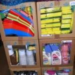 lot de 450 produits et accessoires d'entretien ménager éponges, cintres, pelles à poussières, lessive, etc