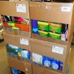 lot de produits et accessoires d'entretien ménager gants, cintres, lessives, produits multi surfaces, etc